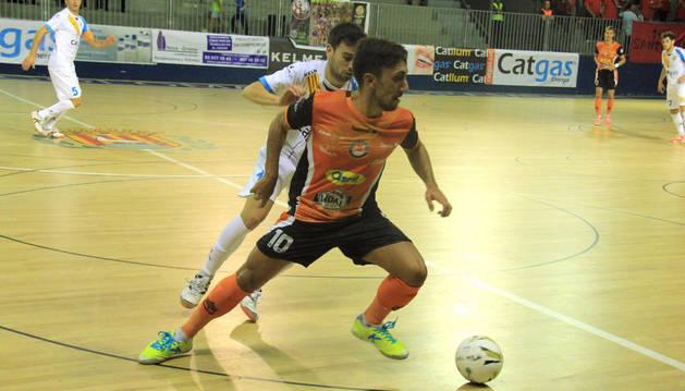 Joselito protege el balón ante el Santa Coloma.