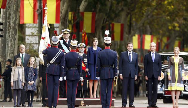 Los Reyes, junto a las infantas, Rajoy, Morenés y Cifuentes.