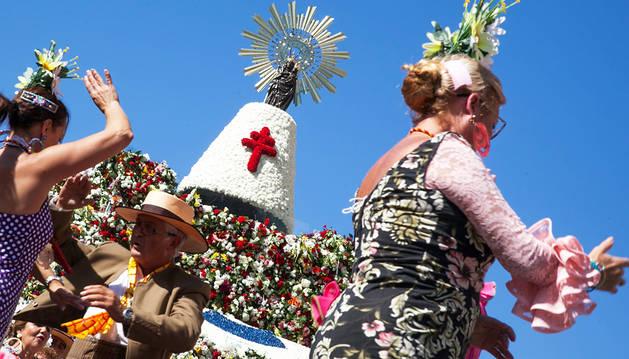 Millones de flores para el manto de la Virgen del Pilar