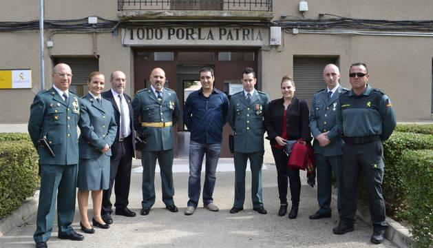 Agentes del destacamento de San Adrián con las autoridades en la puerta del cuartel.