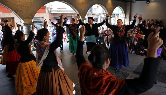 Los porches del ayuntamiento acogieron la exhibición de bailes.