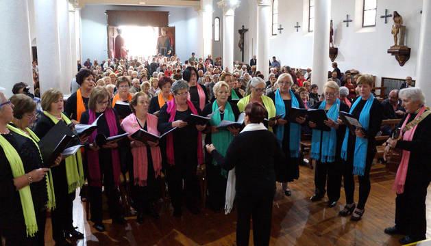Los colectivos musicales de Castejón no quisieron perderse la despedida del párroco. En la imagen, el grupo de auroras dedica una pieza a José Antonio Campos durante su última misa en la localidad.