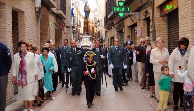 Instante de la procesión de la Virgen del Pilar por las calles de Corella.