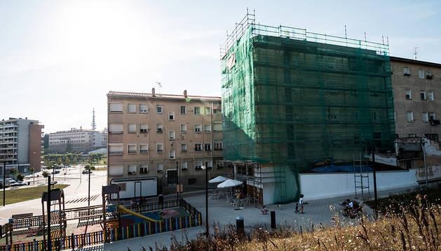 Viviendas en el Soto de Lezkairu en plena rehabilitación.