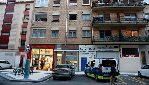 La niña cayó del balcón del segundo piso encima de la farmacia.