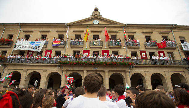 Pancarta de apoyo a los presos de ETA en el balcón del Ayuntamiento de Tafalla.