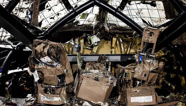 La cabina reconstruida del MH17 derribado en Ucrania.