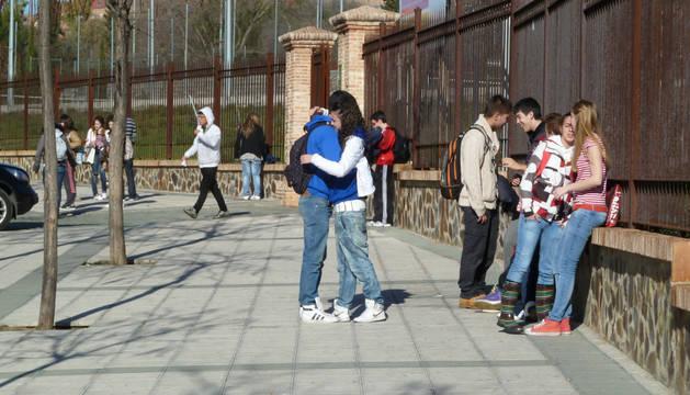 Un grupo de adolescentes, a la salida de un instituto en Madrid.