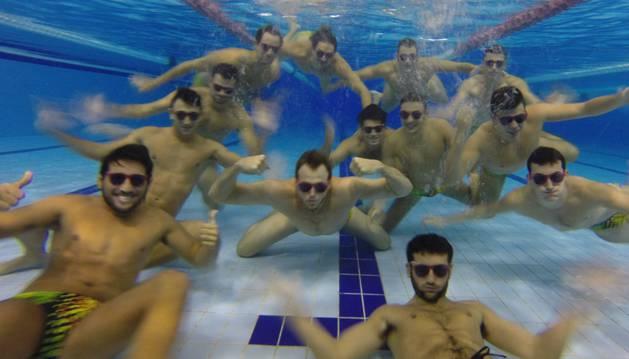 Los jugadores del WP Navarra posan con las gafas.