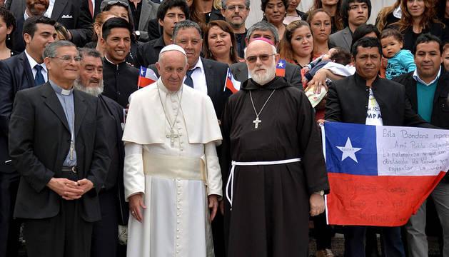 El papa Francisco posa con varios religiosos y el grupo de 33 mineros chilenos.