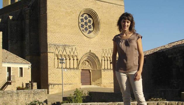 Sabina García Olmedo, junto a la iglesia de San Saturnino en el cerco de Artajona.