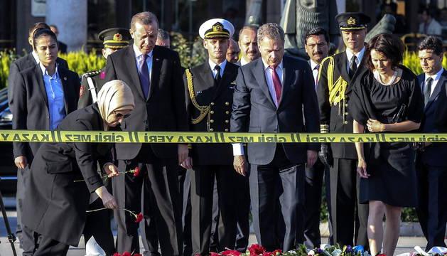 Las autoridades turcas y finlandesas depositan flores en el lugar del atentado.