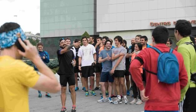 """El ultrafondista Valentí Sanjuan durante la """"quedada Sanjuanera"""" que realizó frente al CIMA, en la jornada de presentación de la Titán Desert 2016 en Pamplona."""