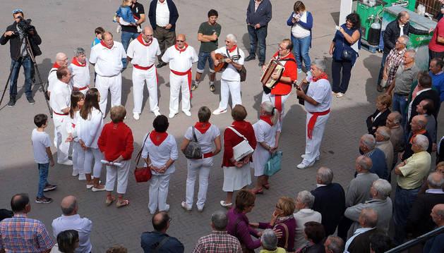 El Grupo de Jotas de Arguedas, durante la ronda por Valtierra.