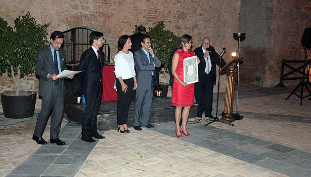 Conchi Ausejo -5ª por la izda.-, recogió el premio.