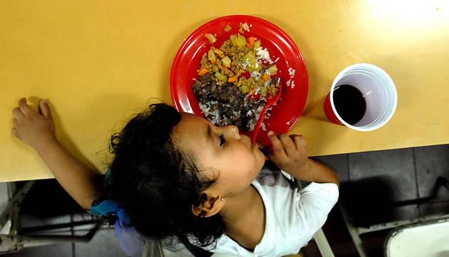 Un niño come en Nicaragua.