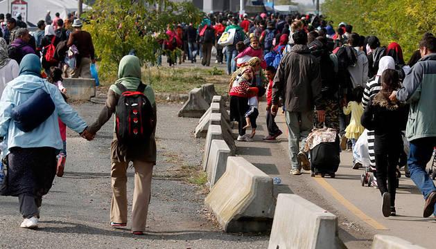 Inmigrantes entre la valla de Croacia y Hungría.