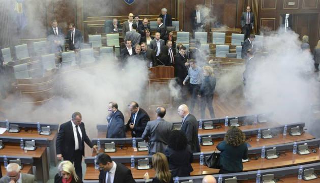 El Parlamento de Kosovo, lleno de gas lacrimógeno.