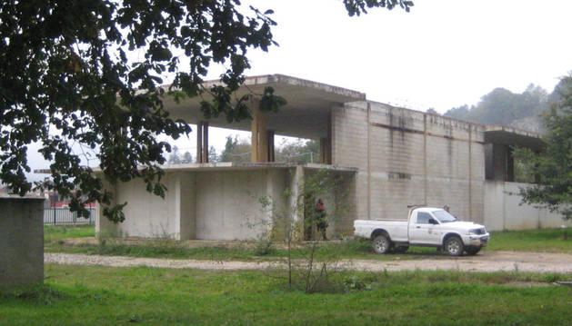 Parte posterior del armazón de hormigón del inmueble destinado a centro juvenil en Lekunberri.