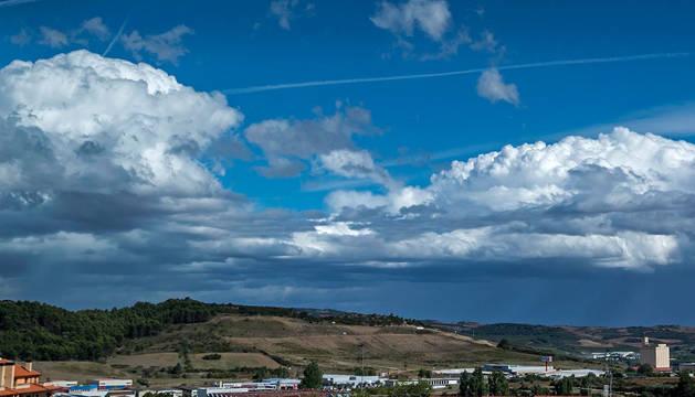 Nubes sobre el polígono de Merkatondoa en Estella.