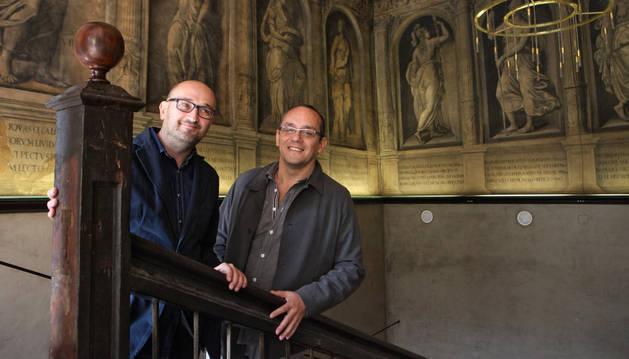 Julio Mazarico y Luis J. Fernández, ante las grisallas del palacio Marqués de San Adrián.