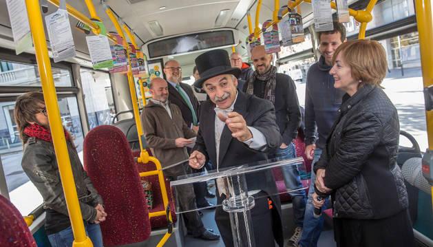 Un actor en la presentación de la iniciativa para acercar la cultura al autobús.