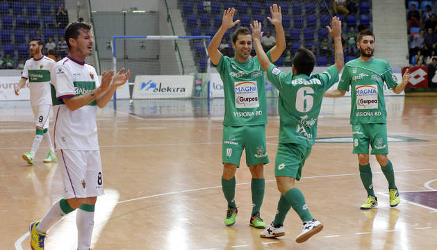 Rafa Usín y Jesulito celebran un gol.