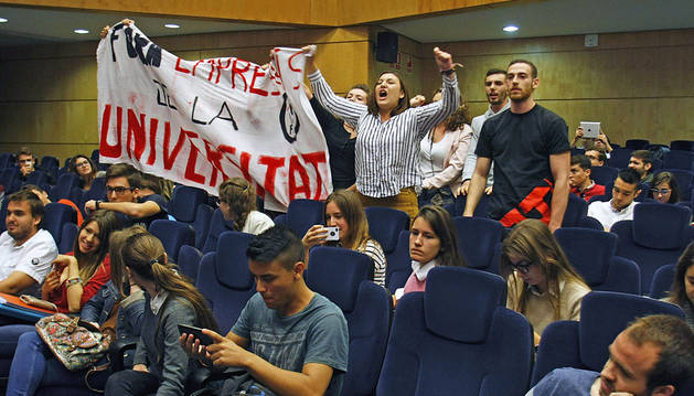 Estudiantes interrumpen una charla de Felipe González al grito de