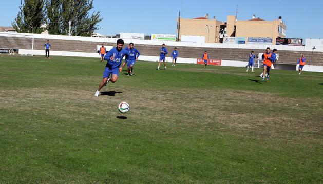 Los jugadores del Tudelano entrenando en el estadio. Se pueden ver las zonas afectadas por el hongo.