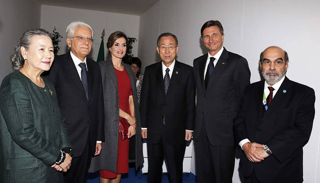 Doña Letizia, junto con el secretario general de la ONU, Ban Ki-moon, y otras autoridades.