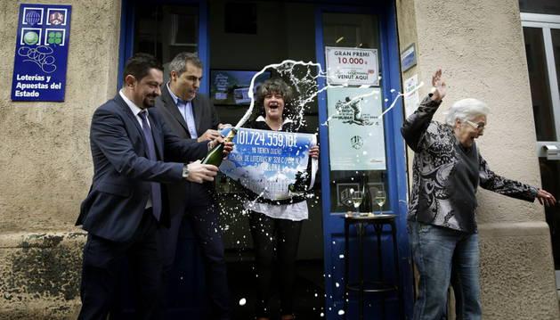 Las propietarias de la administración celebrando el premio.