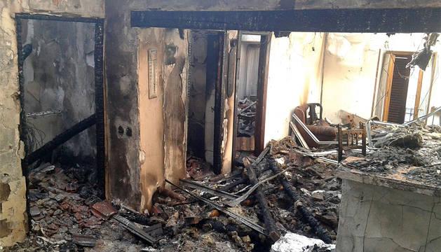 La primera planta ha quedado devastada por el incendio.