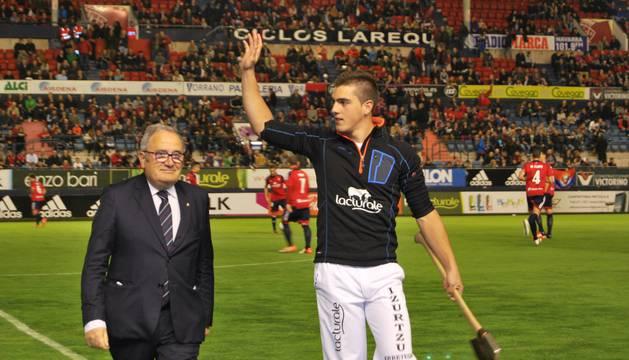 Iker Vicente saludo al público, acompañado por el presidente Luis Sabalza.
