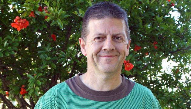 Juan Jesús Recalde Recalde posa con su libro.