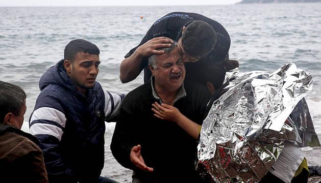 Un iraquí llora el fallecimiento de su esposa en Lesbos.
