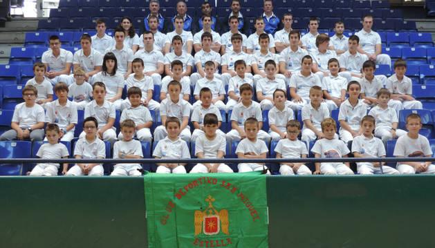 Jugadores y entrenadores del Club San Miguel de Estella en las gradas del frontón Remontival.