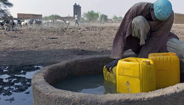 El agua escasa y sucia es fuente de desnutrición y de epidemias.