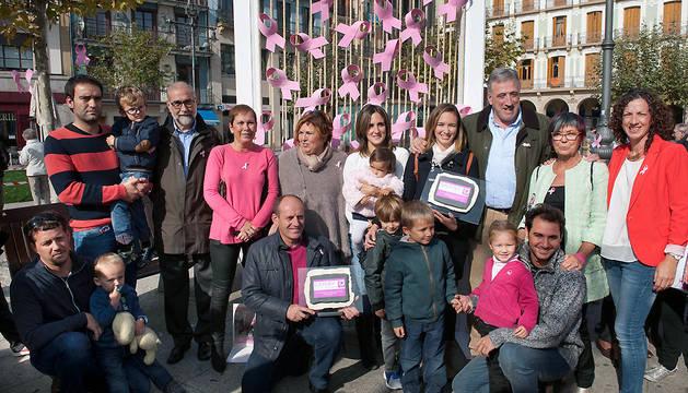 Las autoridades, junto a los premiados de la campaña 'Navarra rosa con Saray'.