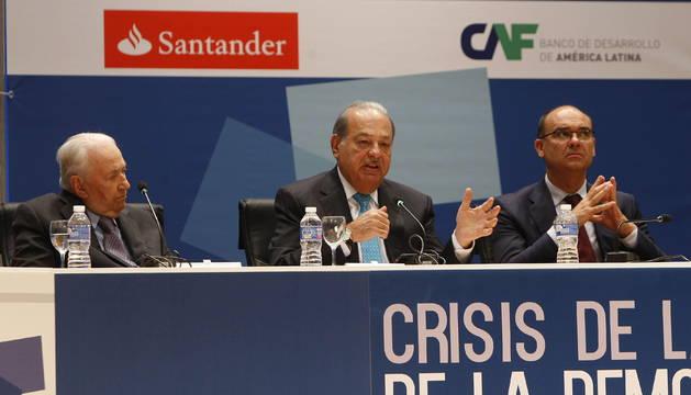 El empresario Carlos Slim entre Belisario Betancur y el Rector Manuel Palomar.
