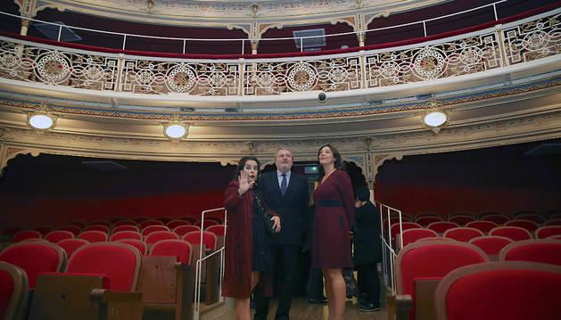 El ministro de Cultura, Íñigo Méndez de Vigo, la directora de la Compañía Nacional de Teatro Clásico, Helena Pimienta (izda.), y la directora del INAEM, Montserrat Iglesias, en el Teatro de la Comedia.