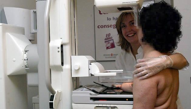 Una mujer realizándose una mamografía.