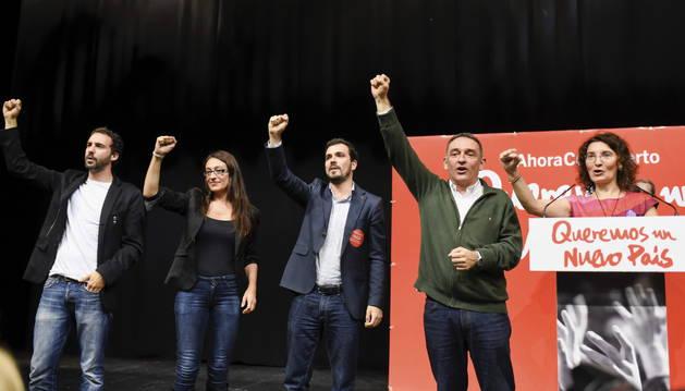 El candidato de IU a la Presidencia del Gobierno, Alberto Garzón,c, acompañado de otros miembros de su lista ,durante la presentación de su candidatura.