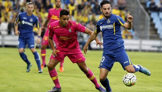 Pablo Sarabia, con el balón, delante de Jonathan Viera.