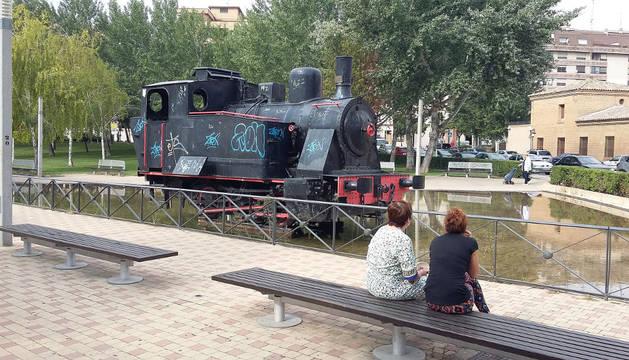 Locomotora del antiguo tren Tarazonica, con su estructura llena de grafitis.