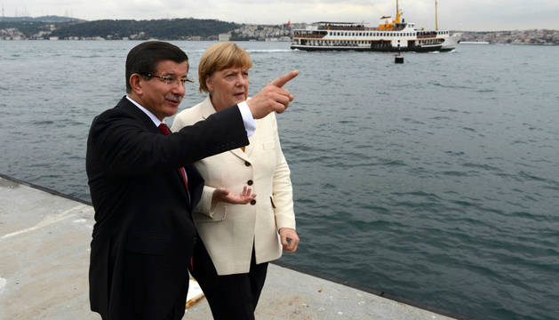 Angela Merkel y primer ministro turco Ahmet Davutoglu.