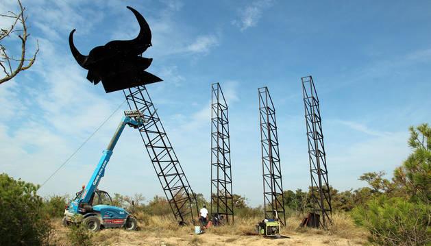 Imagen de la instalación de la cabeza del Toro de Osborne de Tudela.