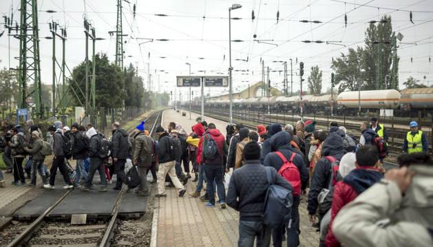 Varios refugiados caminan hacia Austria desde Hegyeshalom.