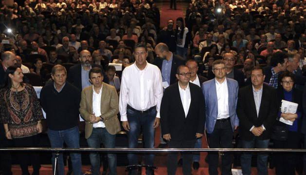 El presidente de Societat Civil Catalana, Rafael Arenas (c), junto al presidente del Partido Popular Catalán, Xavier García Albiol (4i), y otros representantes políticos durante el acto de Sociedad Civil Catalana.