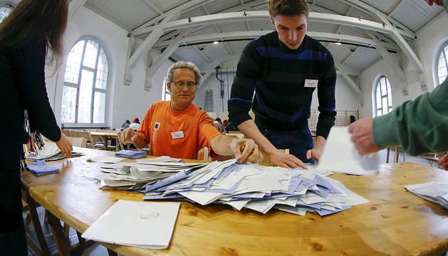 Una mesa electoral en Zurich.