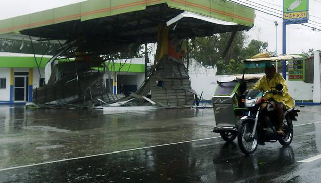 Al menos un muerto y 14.300 evacuados por un tifón en Filipinas